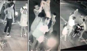 Thái Bình: Bảo vệ bạn gái, 'soái ca' bị nhóm 'trai làng' đánh gục tại chỗ