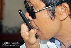 Thương binh cụt hai tay, mù hai mắt dùng răng, lưỡi nhắn tin trên điện thoại di động