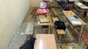 Thầy và trò nơm nớp lo sợ vì mảng trần lớp học liên tục rơi xuống