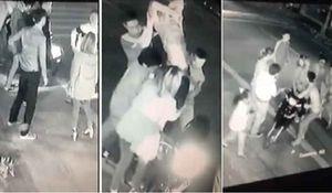 Bảo vệ bạn gái, nam thanh niên bị đâm gục trên đường.