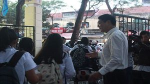 Hiệu trưởng trường THPT Việt Đức đứng trước cổng trường nhắc học sinh đi về cẩn thận