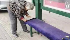 Cụ bà 84 tuổi khâu đệm cho băng ghế công cộng