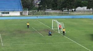 Hài hước: Màn ăn mừng tai hại của thủ môn bắt đền