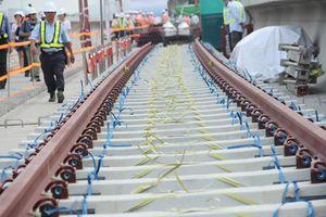 Metro uốn lượn trên cao TP.HCM bắt đầu lắp đường ray tàu