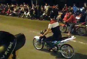 Cảnh sát chặn đoàn đua 30 xe máy lạng lách trên phố
