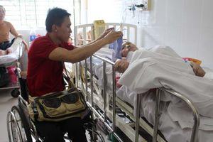 Chàng trai đi xe lăn giúp người bệnh
