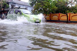 Đường biến thành sông, hơn 300.000 học sinh Hà Tĩnh phải nghỉ học