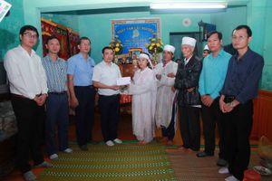 Tạp chí Môi trường và Cuộc sống thăm hỏi và tặng quà một số gia đình bị ảnh hưởng bởi mưa lũ tại huyện Quảng Điền