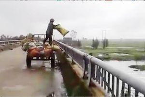 Hà Tĩnh: Bất bình công nhân môi trường ngang nhiên vứt hàng loạt bì rác thải xuống lòng sông