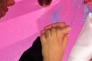 Fabregas khoe nhẫn đính hôn với người đẹp hơn 12 tuổi