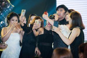 Đan Trường hát 'chim trắng mồ côi' cùng 6 fan nữ