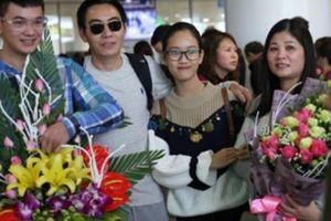 Chàng trai Thái Bình bất ngờ cầu hôn bạn gái Việt kiều giữa sân bay
