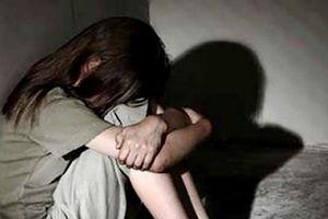 Dụ cô gái bị thiểu năng trí tuệ vào chỗ vắng để hiếp dâm