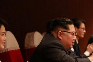 Ông Kim Jong-un dẫn vợ đi xem sao K-pop biểu diễn tại Bình Nhưỡng