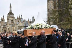 Hàng ngàn người tiễn đưa Stephen Hawking về nơi an nghỉ cuối cùng