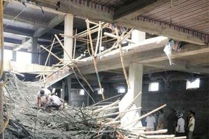 Dàn giáo công trình xây siêu thị bất ngờ đổ sập đè nhiều công nhân