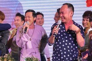 Clip: Hoài Linh hát 'Túp lều lý tưởng', nhảy tưng bừng trong đám cưới của đàn em