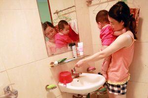 Mất nước sạch đến 7 ngày: Cư dân chung cư Hà Nội khốn đốn