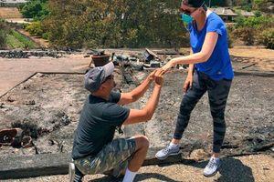 Tìm thấy nhẫn đính hôn sau khi nhà bị lửa thiêu rụi, người chồng cầu hôn vợ lần nữa giữa đống tro tàn