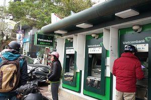 Vietcombank đột ngột dừng tăng phí rút tiền ATM nội mạng