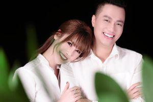 Tin đồn tình ái chưa nguội, Quế Vân lại gây bão khi tung ảnh 'ôm ấp' Việt Anh