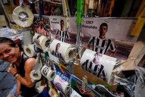'Giấy vệ sinh Ronaldo' ăn khách tại Napoli