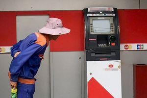Trụ ATM ở Sài Gòn nghi bị kẻ trộm cạy phá
