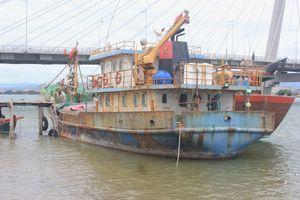 Tàu cá mắc cạn tại cửa biển Nhật Lệ