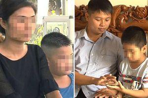 Giây phút xúc động khi 2 bé trai bị trao nhầm trở về với cha mẹ ruột