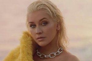 Christina Aguilera diện váy xẻ sâu khoe nhan sắc gợi cảm