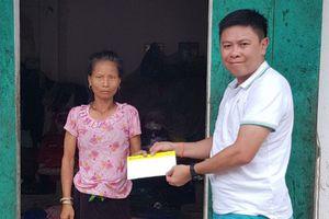 Trao tiền hỗ trợ người dân vùng lũ Lai Châu