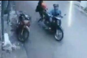Mẹ bế con nhỏ giằng co với cướp trên đường Sài Gòn