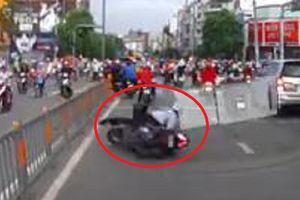 Clip: 'Ma men' đi xe máy, lăn đùng ngã ngửa trước đầu ô tô