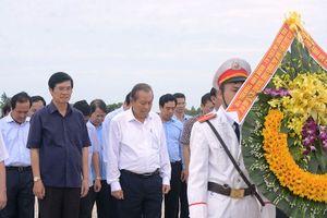 Phó Thủ tướng Trương Hòa Bình dâng hương tưởng niệm anh hùng liệt sĩ