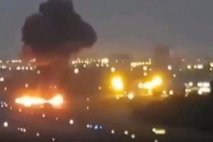 Máy bay đâm xuống đường băng rồi bốc cháy, 7 người thương vong