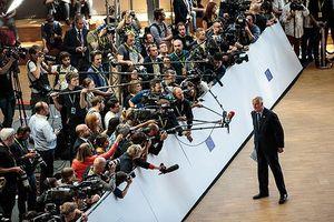 Nhà báo EU phản đối vì phải nộp lệ phí mới được tác nghiệp