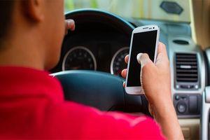 Vừa lái xe vừa xem điện thoại, người bố vô tình gây giết chết con gái mình