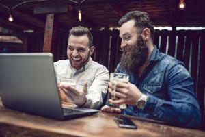 'Vung tay' mua sắm trực tuyến sau khi uống rượu, bia