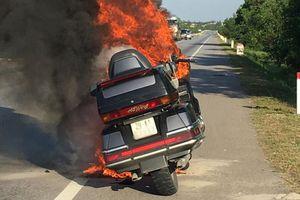 Xe máy Honda Goldwing hơn 100 triệu đồng cháy ngùn ngụt trên đường