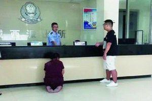 Người mẹ già quỳ trước đồn cảnh sát cầu xin bắt giam con trai vì...quá thương con