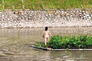 Cô gái trẻ bơi giữa sông Tô Lịch hiện vẫn chưa tỉnh táo