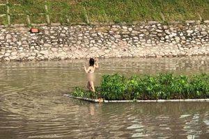 Xác định danh tính cô gái mặc đồ lót nhảy múa giữa sông Tô Lịch