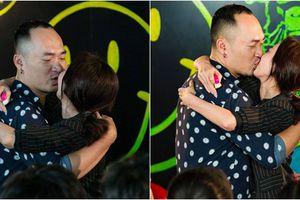 Thu Trang - Tiến Luật ngọt ngào 'khóa môi' trước sự chứng kiến của hàng trăm người hâm mộ