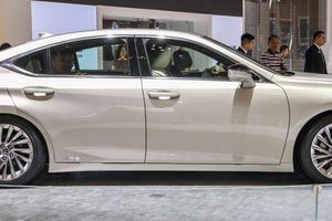 Lexus ES 300h 2019 dáng 'phi thuyền', nội thất rộng thoáng