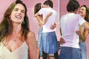 Alessandra Ambrosio ôm hôn tình mới sau chia tay hôn phu 10 năm