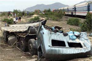 Clip: Xe tải nát vụn sau va chạm với tàu hỏa ở Ninh Thuận