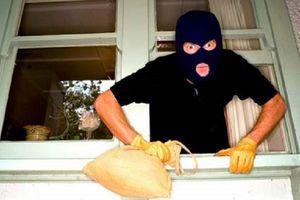 Tên trộm giằng co với nữ gia chủ để lấy điện thoại