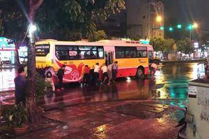 Hành khách gồng mình đẩy xe bus chết máy sau cơn mưa lớn