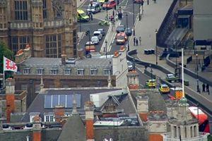 Xe ô tô đâm vào hàng rào an ninh bên ngoài Nhà Quốc hội Anh