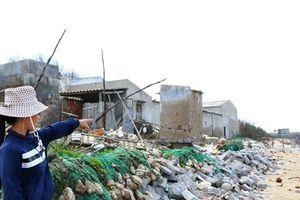 Ninh Thuận: Hàng chục ngôi nhà đứng trước nguy cơ bị cuốn ra biển
